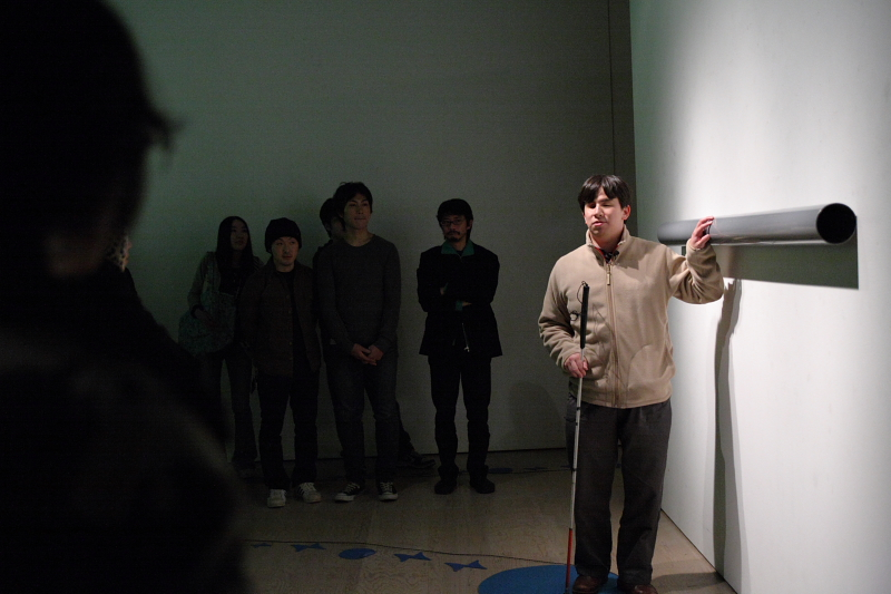 『大きな停止』で全盲のガイドが展示を案内する様子